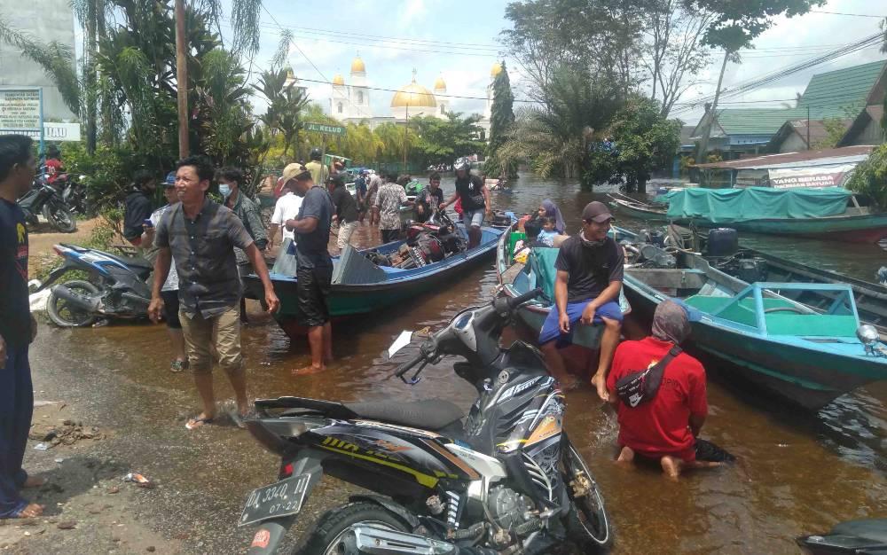 Aktifvitas kelotok angkutan baik barang dan kendaraan sejak dua hari ini ramai di Jalan Trans Kalimantan Km 1 Kasongan, sekitar Masjid Baitul Yaqin.