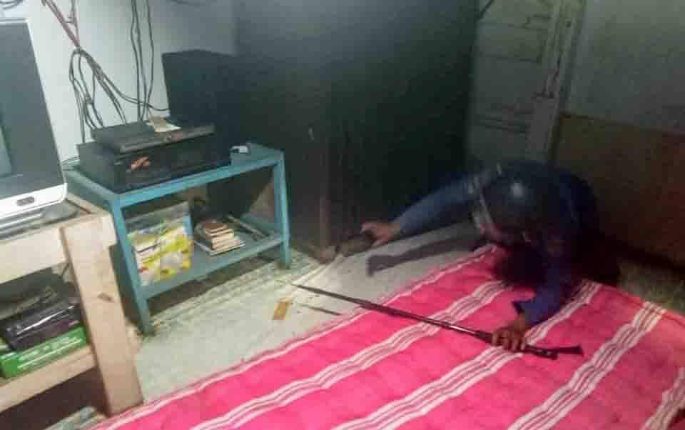 Petugas Disdamkarmat Kotim mencari ular di dalam kamar warga di Kelurahan Sawahan, Kecamatan Mentawa Baru Ketapang.