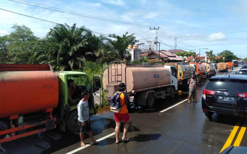 Antrean kendaraan roda empat dan truk di Jalan Trans Kalimantan sekitar Jembatan Sei Katingan ini sudah dua hari karena jalan putus.