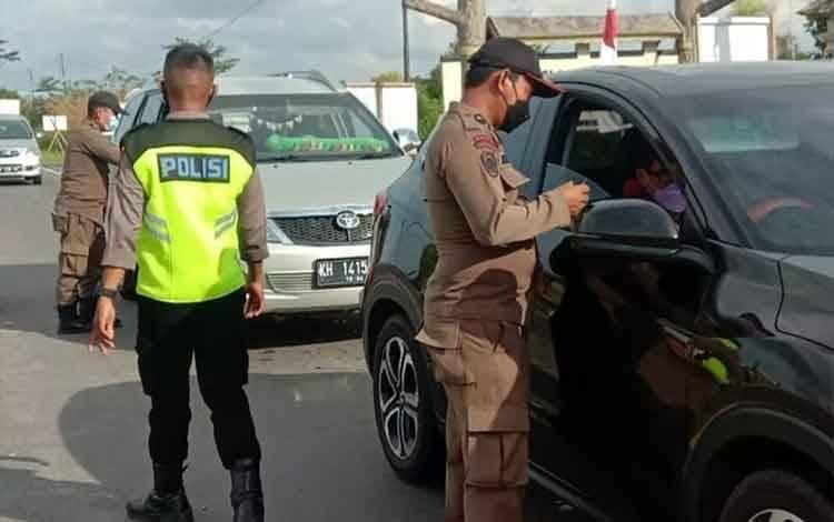 Petugas saat melakukan pemeriksaan dokumen kesehatan pelaku perjalanan menuju Palangka Raya beberapa waktu lalu.