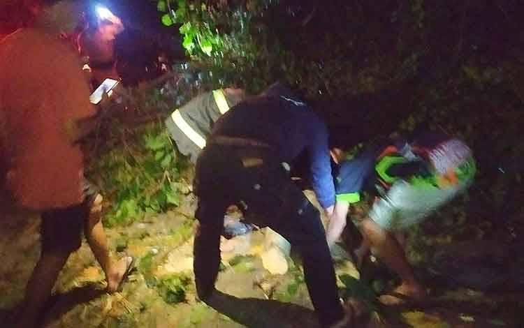 Y atau Daup penjual jagung rebus yang tertimpa pohon saat dievakuasi.