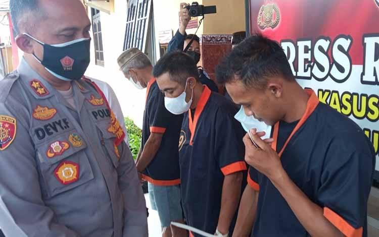 Tersangka Yusuf Rochwandi, terduga pelaku pembunuhan karyawan PT SAP saat ditanyai Kapolres Kobar AKBP Devy Firmansyah, Senin, 13 September 2021.