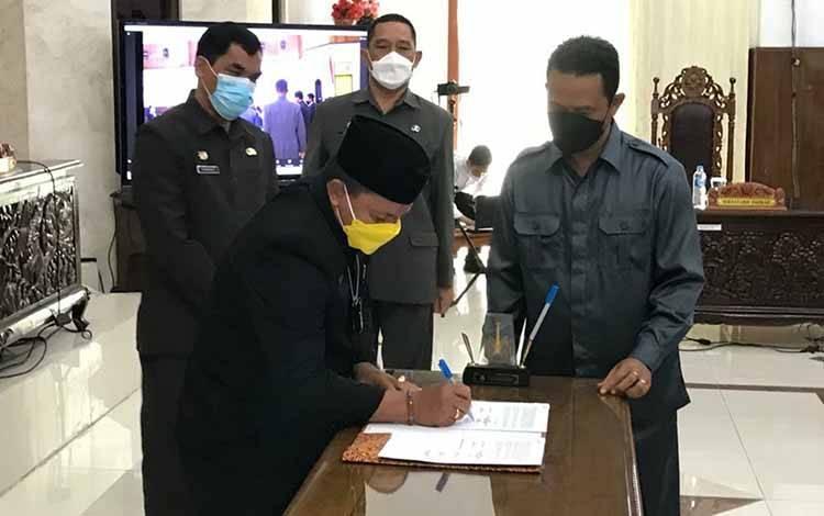 Ketua DPRD Kapuas, Ardiansah saat menandatangani nota kesepakatan perubahan KUA-PPAS APBD pada Senin 13 September 2021.