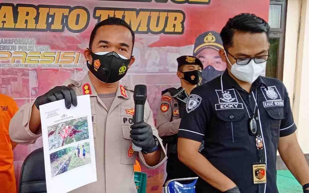 Kapolres Barito Timur, AKBP Afandi Eka Putra menunjukkan foto korban TS (18) saat ditemukan di saluran irigasi Bendungan Tabla.