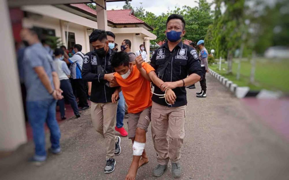 Tersangka J alias G (24) ditembak pada bagian kaki kiri karena berusaha melawan dan menyerang polisi.