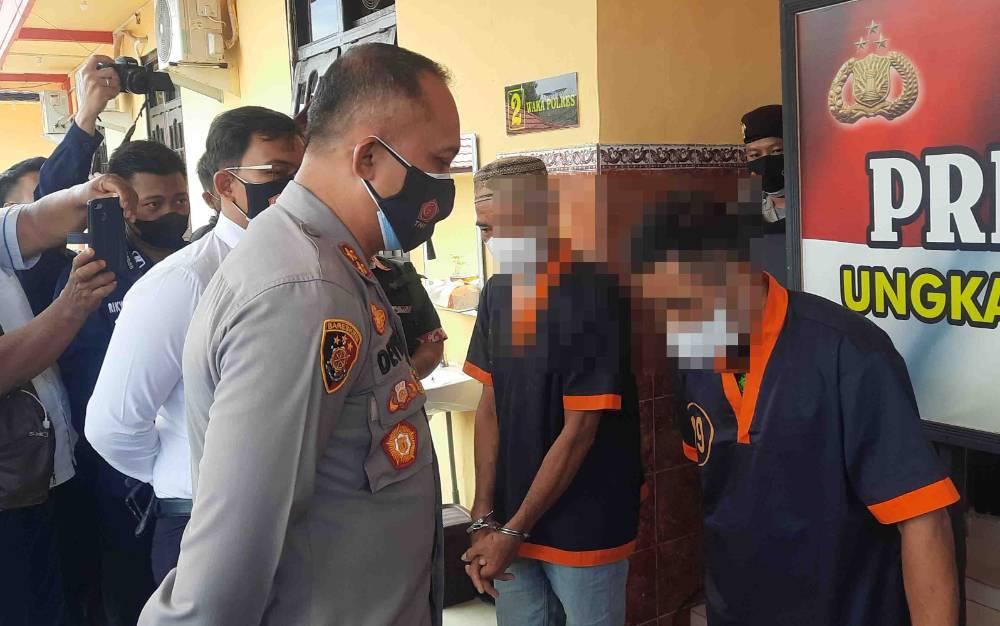 Tersangka kasus asusila, AK saat diinterogasi Kapolres Kotawaringin Barat, Senin, 13 September 2021.