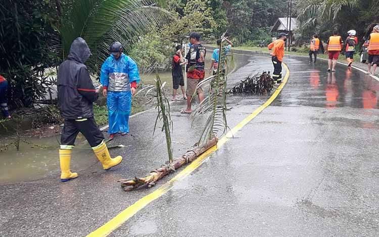 Gorong-gorong longsor di Desa Lenggang akibat hujan lebat yang mengguyur Kabupaten Barito Timur.