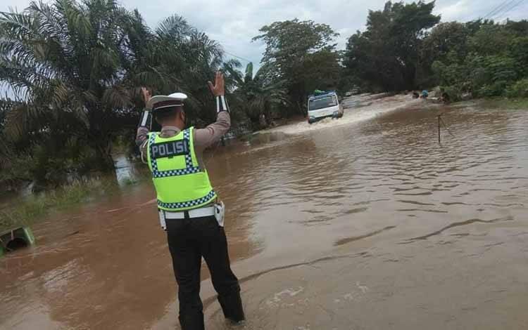 Personel Satlantas Polres Seruyan, saat melakukan pengaturan lalu lintas di lokasi genangan air, Rabu siang, 15 September 2021