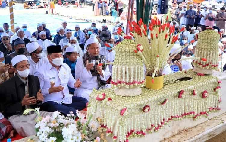 Bupati Kotim Halikinnor bersama dzuriyat Syekh Muhammad Arsyad Al Banjari saat proses pemindahan kubah Syekh Abu Hamid.