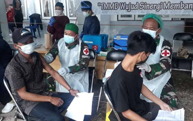 Satgas TMMD ke-112 Kodim 1016 Palangka Raya saat menggelar vaksinasi massal bagi warga Kelurahan Kampuri, Kabupaten Gumas, Rabu, 15 September 2021.