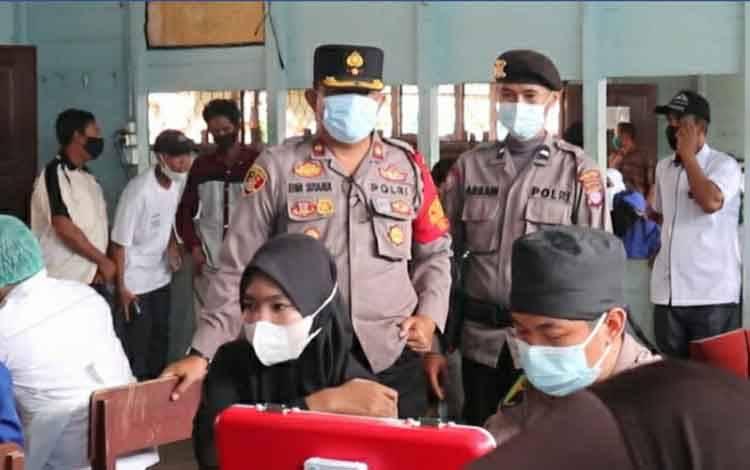 Vaksinasi covid-19 di Pondok Pesantren Al-Amin yang digelar Polres Kapuas, Rabu, 15 September 2021.