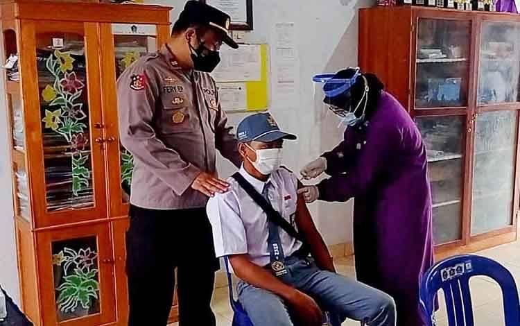 Vaksinasi covid-19 bagi siswa SMK Negeri 1 Tamiang Layang, Rabu, 15 September 2021.
