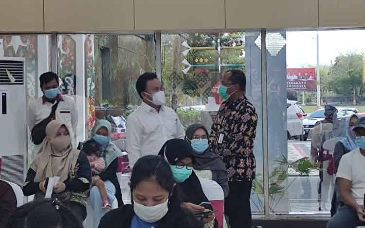 Penggunaan masker sebagai salah satu langkah protokol kesehatan pencegahan covid-19.