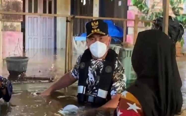 Gubernur Kalteng, Sugianto Sabran meninjau banjir di Kabupaten Katingan