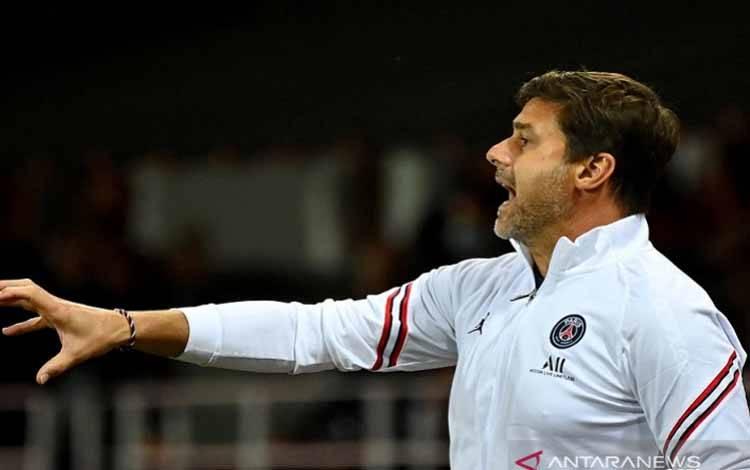 Manajer Paris Saint-Germain Mauricio Pochettino memberi arahan ketika timnya menghadapi Brest dalam lanjutan Liga Prancis di Stadion Francis-Le Ble, Brest, Prancis, Jumat (20/8/2021)