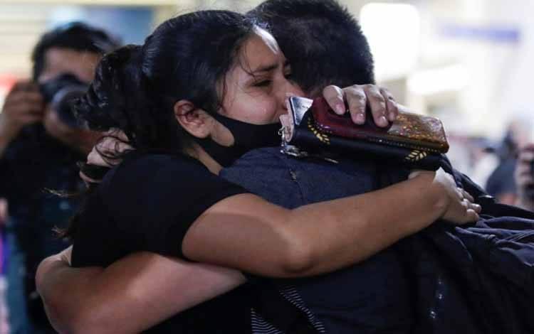 Ilustrasi - Seorang tenaga kesehatan memeluk seorang kerabat di Bandara Internasional Mariano Escobedo, di Apocada, Meksiko, Jumat (22/5/2020), setelah diselamatkan bersama rekannya oleh pihak berwenang dari penculikan virtual saat mereka menginap di hotel yang dipesan untuk tenaga medis di Mexico City, di tengah penyebaran penyakit virus korona (COVID-19)