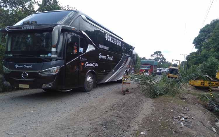 Arus lalu lintas di Jalan Trans Kalimantan Kasongan - Kereng Pangi Km 2 yang sebelumnya ambles karena gorong-gorong runtuh ramai melintas