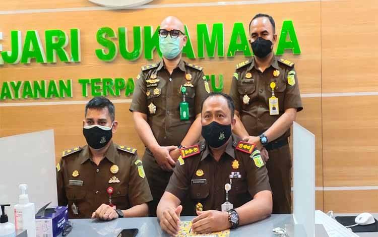 Kepala Kejaksaan Negeri Sukamara, Suhartono saat memberikan rilis