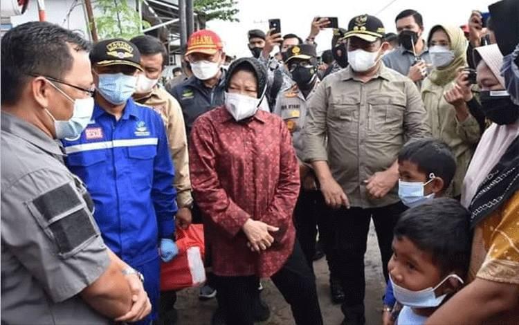 Mensos Tri Rismaharini saat meninjau daerah terdampak banjir di Mendawai, Kota Palangka Raya, Kamis, 16 September 2021.