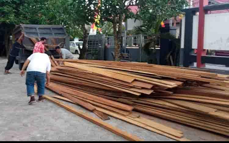 Mewakili CEO PT. Jemms Wood Alam Semesta, Jemmy Adrianor Rasyid, Manager Legal dan CSR, Muhammad Natsir, secara simbolis  menyerahkan bantuan kayu pada Lurah Mendawai  Rahadian Syahmi di Kantor Kelurahan Mendawai, Kamis, 16 September 2021