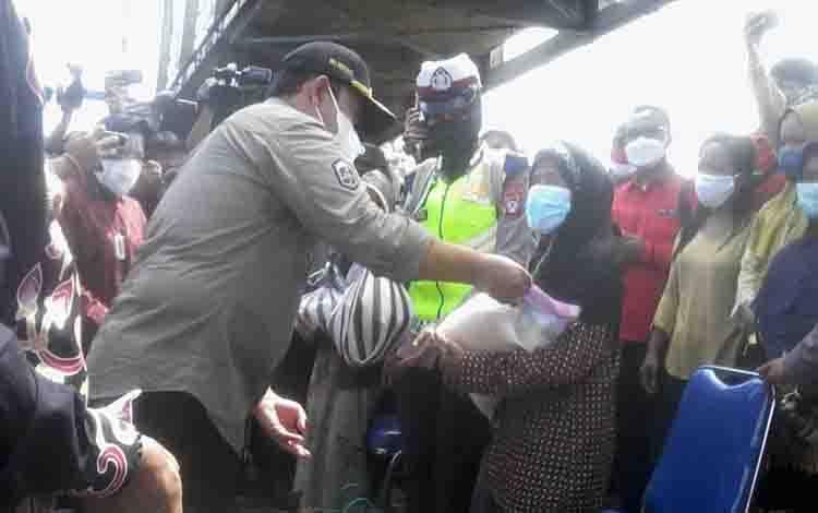 Wakil Gubernur Kalteng, Edy Pratowo menyerahkan bansos kepada warga korban banjir saat mendampingi Mensos Tri Rismaharini di Katingan, Kamis, 16 September 2021