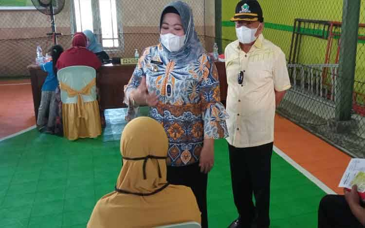 Bupati Kobar Nurhidayah bersama Ketua DPD Partai Golkar Kalteng H. M Ruslan AS saaat berinteraksi dengan salah seorang sasaran vaksinasi yang digelar, Sabtu, 18 September 2021