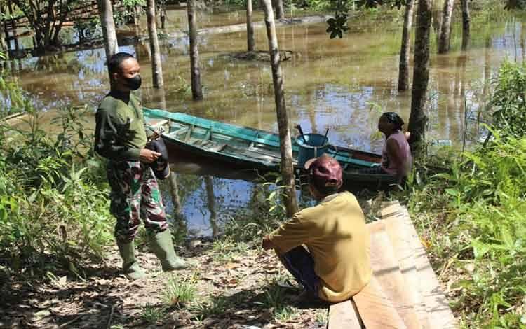 Praka Ngudi Setiyanto saat berbincang bersama warga di Desa Kampuri yang membutuhkan bantuan.