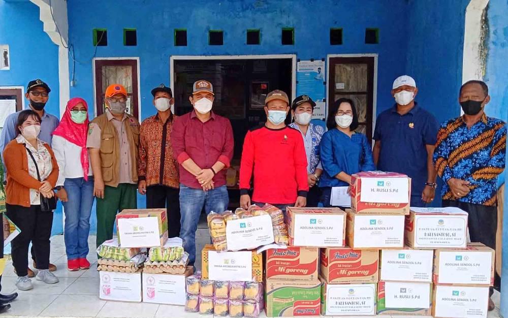 Unsur pimpinan dan fraksi DPRD Barito Timur saat menyerahkan bantuan melalui Pemerintah Desa Bambulung, Sabtu, 18 September 2021.