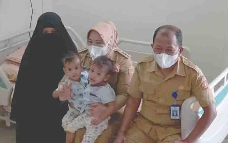 Balita kembar siam dipangku Bupati Kobar Nurhidayah sebelum diberangkatkan ke RSCM Jakarta.