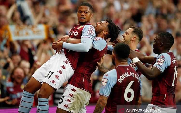 Penyerang sayap Aston Villa Leon Bailey (kiri) diselamati rekan-rekannya setelah bola sepak pojoknya berujung gol bunuh diri bek Everton Leon Bailey dalam laga lanjutan Liga Inggris di Stadion Villa Park, Birmingham, Inggris, Sabtu (18/9/2021) waktu setempat