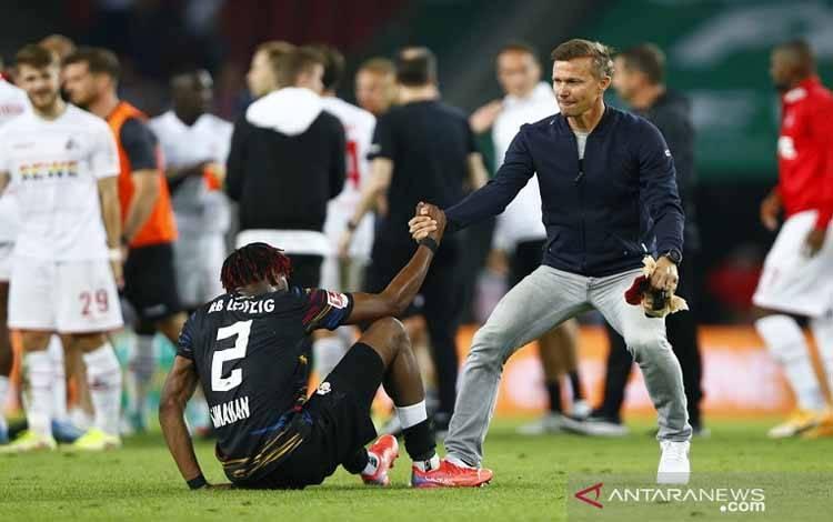 Pelatih RB Leipzig Jesse Marsch (kanan) menghibur bek Mohamed Simakan setelah mereka ditahan imbang FC Cologne dalam laga lanjutan Liga Jerman di Stadion Red Bull Arena, Leipzig, Jerman, Sabtu (18/9/2021) waktu setempat