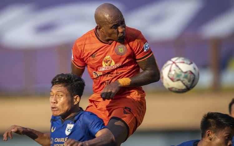 Pesepak bola Persiraja Banda Aceh Paulo Henrique (tengah) menyundul bola ke arah gawang PSIS Semarang dalam pertandingan pekan ketiga Liga 1 2020-2021 di Stadion Wibawa Mukti, Cikarang, Kabupaten Bekasi, Jawa Barat, Sabtu (18/9/2021). Pertandingan dimenangkan PSIS Semarang dengan skor 3-1