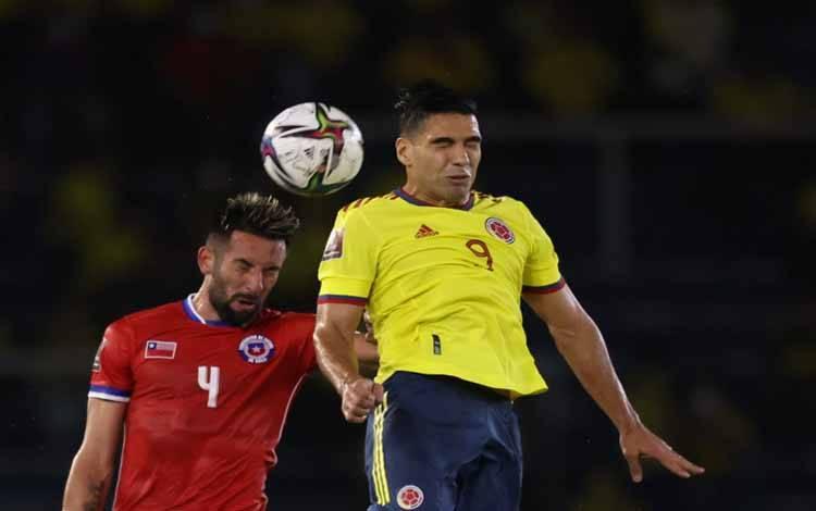 Radamel Falcao (kanan, dalam foto 9 September 2021 ketika Kolombia menghadapi Chile dalam kaulifikasi Piala Dunia 2022 di Stadion Metropolitano Roberto Melendez, Barranquilla, Kolombia) mencetak gol saat kembali merumput di Spanyol pada Sabtu guna memastikan kemenangan kandang 3-0 yang mengesankan bagi tim barunya Rayo Vallecano atas Getafe dalam pertandingan LaLiga