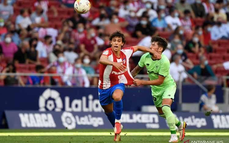 Pemain Atletico Madrid Joao Felix (kiri) sesaat sebelum melanggar gelandang Athletic Bilbao Unai Vencedor dalam pertandingan Liga Spanyol pekan kelima di Wanda Metropolitano, Madrid pada 18 September 2021