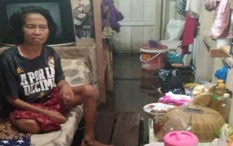 Kondisi Noor Asiah seorang lansia penderita stroke sedang berjuang menghadapi banjir
