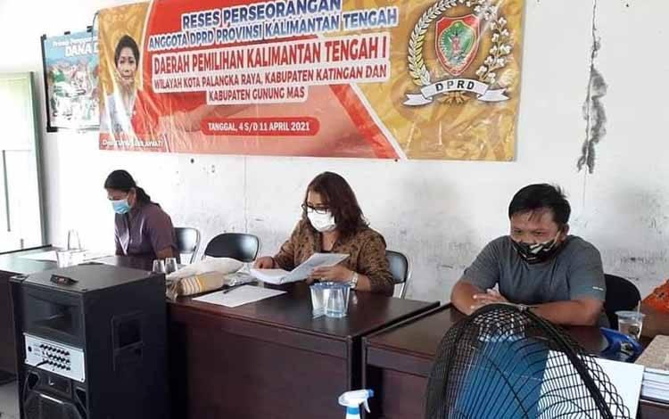 Sekretaris Komisi III DPRD Kalteng, Kuwu Senilawati saat melaksanakan reses perseorangan