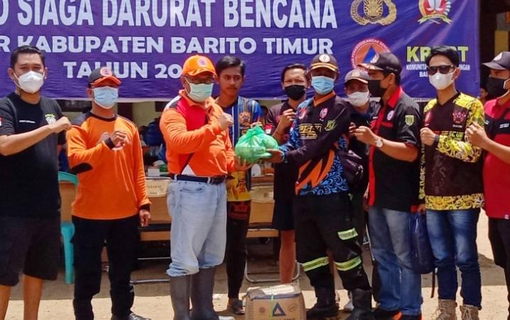 Penyerahan secara simbolis bantuan dari masyarakat Tabalong dan HSU