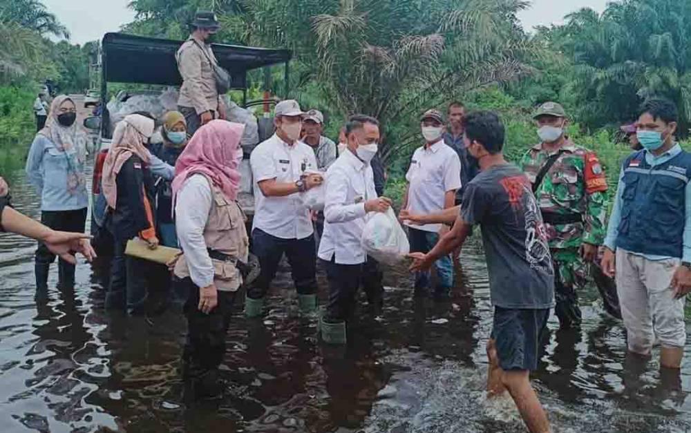 Wali Kota Palangka Raya, Fairid Naparin saat menyalurkan bantuan untuk masyarakat terdampak banjir.