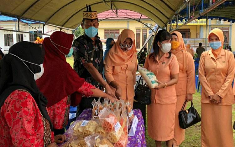 Camat Tamban Catur Rustamaji saat menunjukkan bazar UMKM disela pembentukan Pengurus DWP kecamatan.