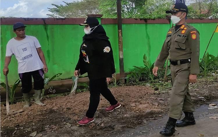 Wakil Bupati Kotim, Irawati, didampingi petugas Satpol PP Kotim meninjau Kawasan Beriman, yang diinisiasi Karang Taruna kabupaten setempat, Minggu, 19 September 2021.