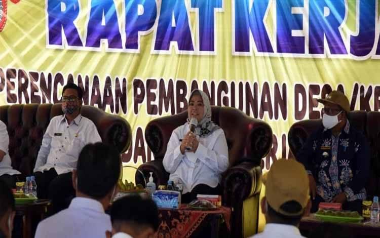 Bupati Kobar, Nurhidayah memimpin rapat kerja Perencanaan Pembangunan Desa se-Kecamatan Kumai