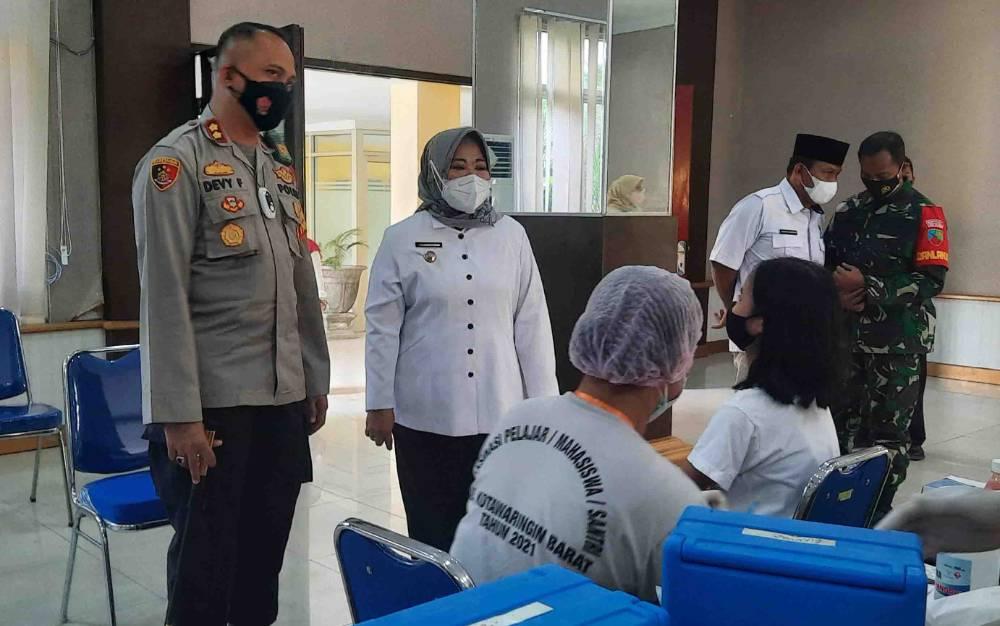 Bupati Kobar Nurhidayah didampingi Kapolres Kobar, saat meninjau vaksinasi.