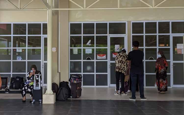 Sejumlah calon penumpang saat menunggu keberangkatan di Bandara H Hasan Sampit