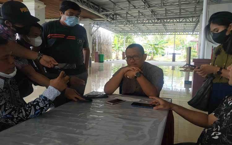 Kepala BPKAD Seruyan dr Bahrun Abbas memberikan keterangan kepada awak media