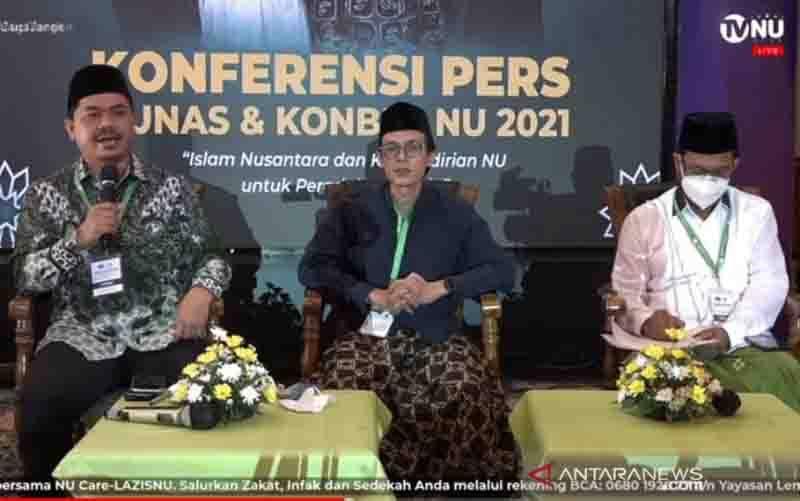 Tangkapan layar Ketua Panitia Pelaksana Munas dan Konbes NU Juri Ardiantoro (kiri berbatik) dan Ketua Panitia Pengarah KH Ahmad Ishomuddin (kanan baju putih) saat konferensi pers di Jakarta, Minggu (26-9-2021) (foto : ANTARA/Sigit Pinardi)