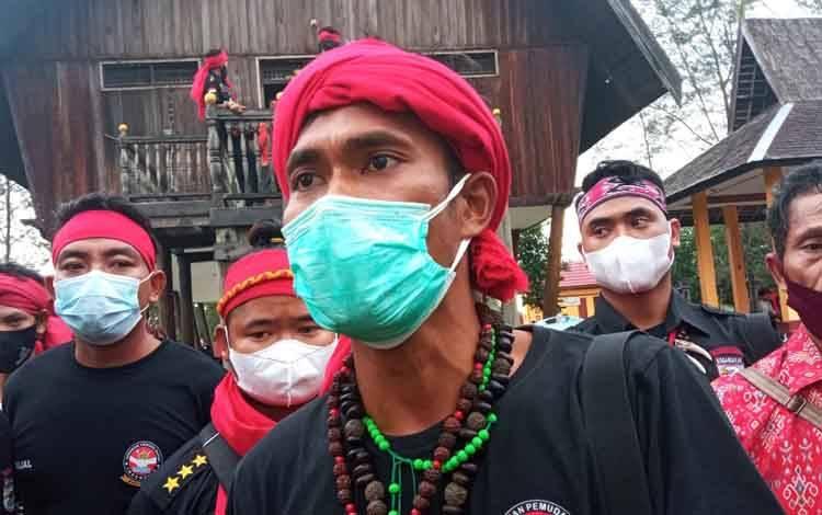 Dody Permadi salah seorang perwakilan keluarga ahli waris dari 9 makam leluhur suku Dayak  yang mengikuti persidangan adat Dayak antara warga dengan PT Sungai Rangit Sampoerna Agro yang digelar di Rumah Betang Pasir Panjang, Pangkalan Bun, Senin, 27 September 2021