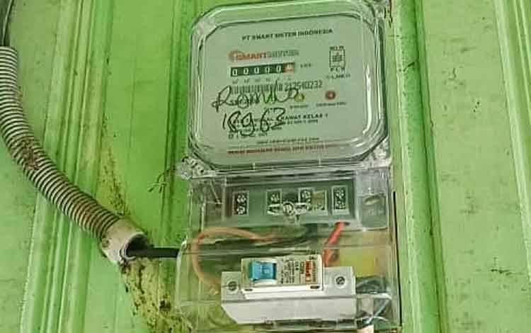 kWh meter di rumah Romilo yang telah diganti oleh petugas PLN.