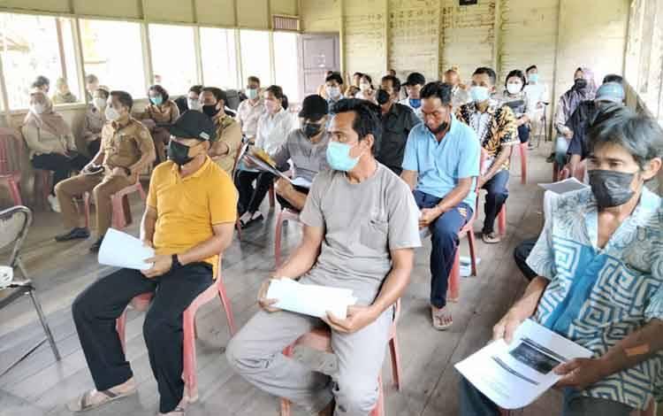 Warga Tumbang Tanjung Katingan antusias mengikuti kegiatan pengembangan peternakan berbasis sapi kelapa sawit