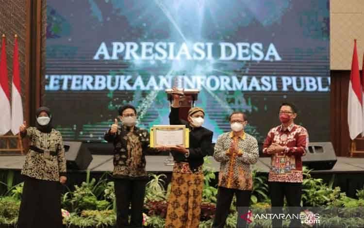 Menteri Desa, PDT dan Transmigrasi Abdul Halim Iskandar memberikan penghargaan kepada 10 desa terbaik dalam Implementasi Keterbukaan Informasi Publik Tahun 2021 dalam Acara Peringatan Hari Hak untuk Tahu Sedunia 2021, di Tangerang Selatan, Banten, Selasa (28-9-2021). ANTARA/HO-Kemendes PDTT