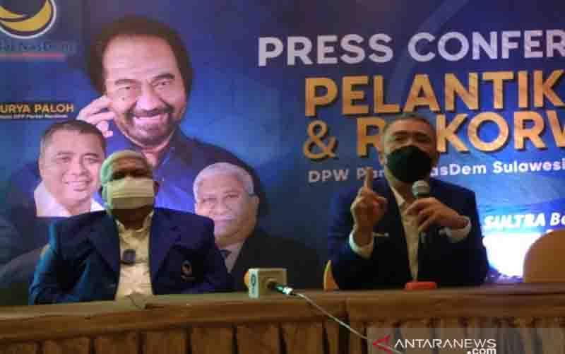 Wakil Ketua Umum DPP Partai NasDem, Ahmad Ali (kanan), saat konferensi pers usai pelantikan Ketua Dewan Pimpinan Wilayah NasDem Sulawesi Tenggara, Ali Mazi (kiri), di Kendari, Selasa (28/9/2021). (foto : ANTARA/Harianto)